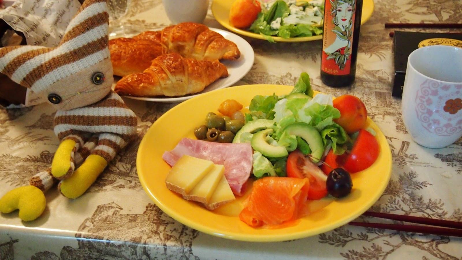 パリのアパルトマンでの朝食の写真