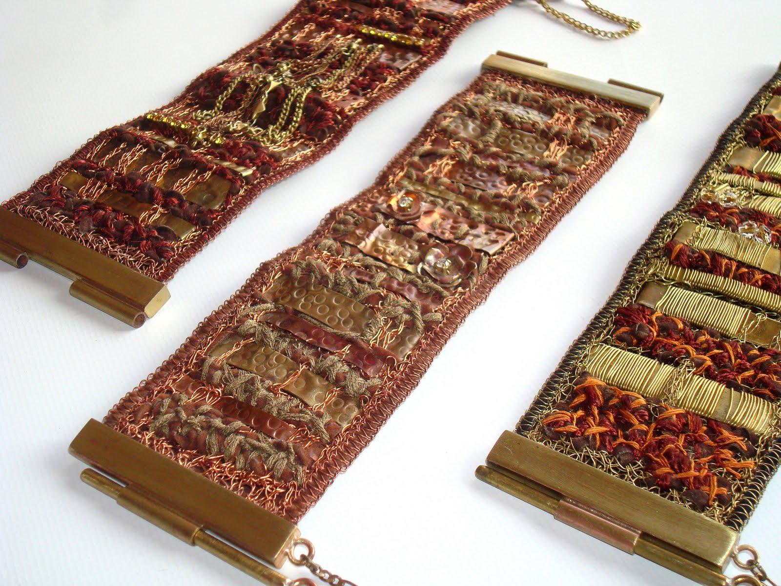 Pulseras de bronce e hilo de seda tejidas en telar manual