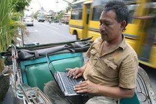 Tukang becak yang memanfaatkan internet....!!!| http://indonesiatanahairku-indonesia.blogspot.com/