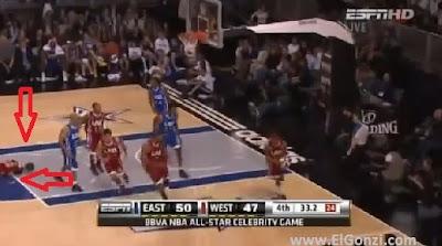 justin bieber se cayó en partido de basket de la nba