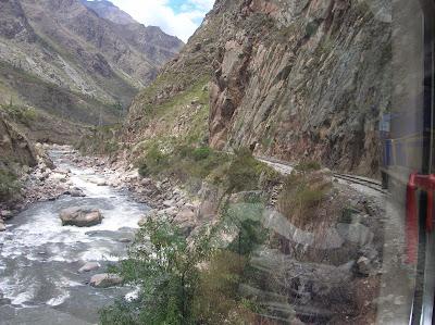 Río Urubamba, tren al Machu Picchu, Perú, La vuelta al mundo de Asun y Ricardo, round the world, mundoporlibre.com