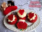 Vörös bársony, más néven Red Velvet muffin, ezúttal Valentin napra sütve, kókuszos pudinggal és zselés szívecskével díszítve.