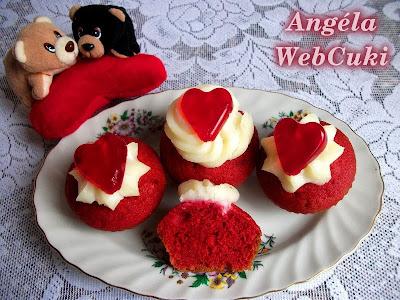 Vörös bársony, más néven Red Velvet muffin, ezúttal Valentin napra sütve, kókuszos pudingporral és zselés szivecskével díszítve.