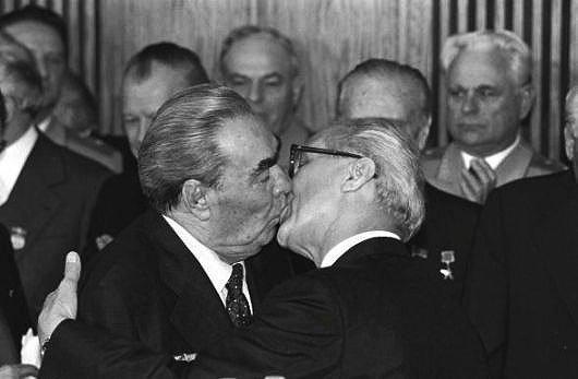 Presidentes Russo E Alem O Se Beijando