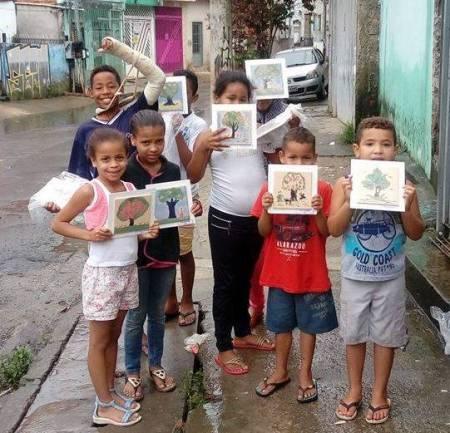 Crianças da Comunidade do Sapo - pintura em azulejos