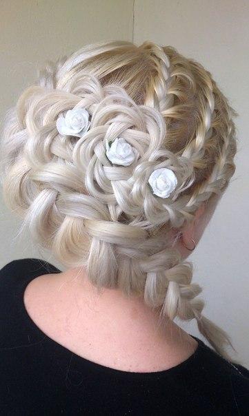 Прическа с розой из волос на боку