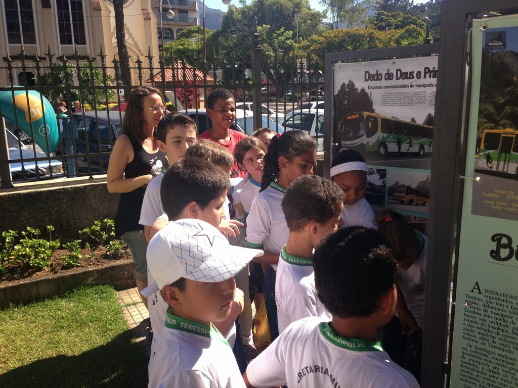 Na casa, as crianças visitam as exposições e conhecem o acervo do local, com objetos e móveis antigos