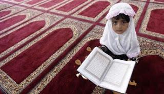 Foto Gambar Anak Muslim Perempuan Memegang Alqur'an