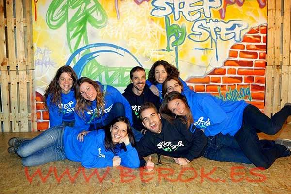Colaboradores de la fundación Step by Step junto al lienzo