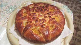 готовый дрожжевой пирог с курагой