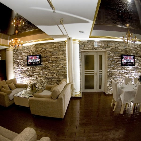 soggiorno con parete in finta pietra e caminetto
