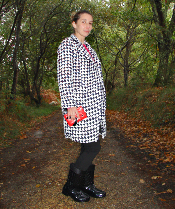 OOTD Oversized houndstooth coat and rubber boots. Visit www.forarealwoman.com  #fashion #blogger #moda