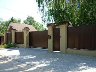 Забор из профлиста с кирпичными столбами. Фото 6