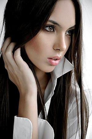 Bello rostro de Natalie Vértiz de perfil