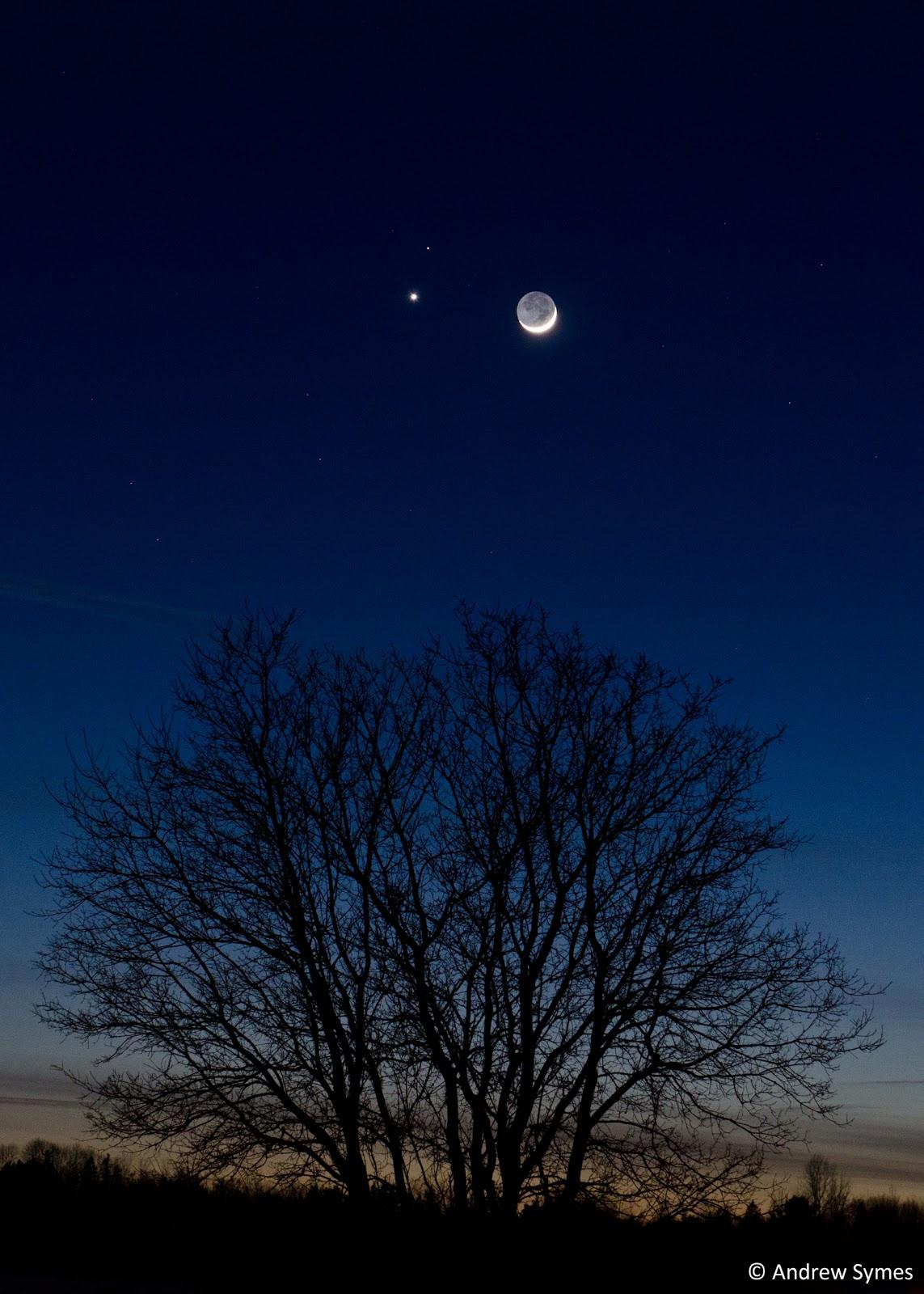 Trăng non đầu tháng cùng với hành tinh Kim và hành tinh Hỏa giao hội với nhau vào chiều 20 tháng 2 năm 2015 vừa qua. Tác giả : Andrew Symes.