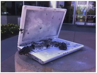 smešna slika: laptop računara spaljen