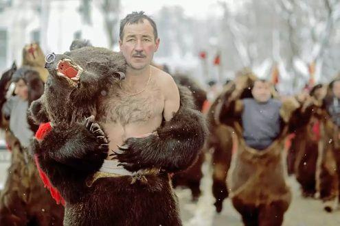 Мужчина в костюме медведя