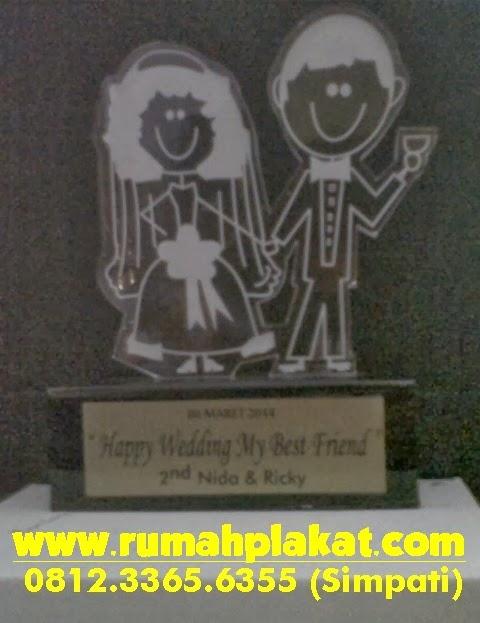 Contoh Piala Akrilik Surabaya, Pengrajin Plakat Wedding Surabaya, Toko Plakat Pernikahan Online