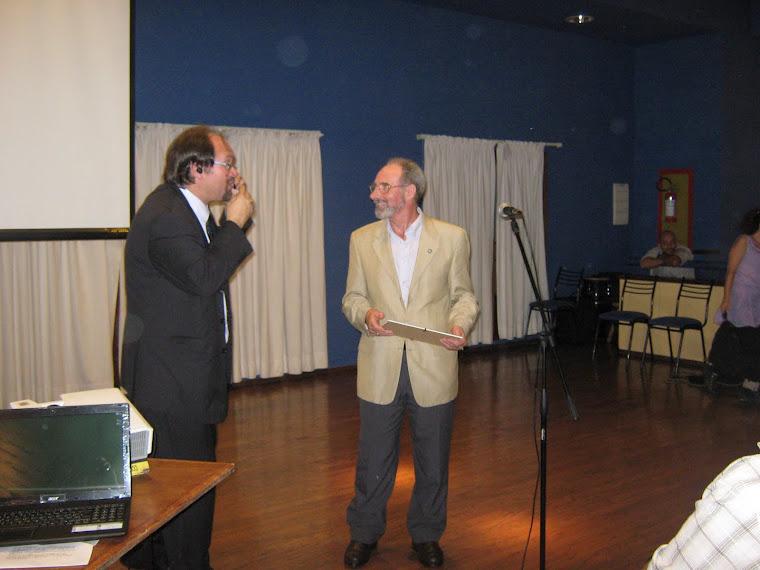 """Entrega del Premio Ícono 2012 """"PRof. Julio César Musso"""" al Prof. Roberto Bardecio Olivera"""