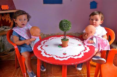 Niñas con muñeco en la casita (bebé). Prohibida reproducción sin permiso.