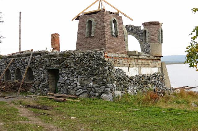 Развалины Китовой пристани на озере Зюраткуль