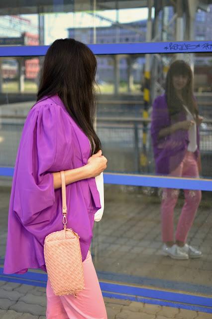 KEĎ SA SPOJÍ STARÉ S NOVÝM_Katharine-fashion is beautiful_Ružové džínsy_Biely top_Fialové sako_Biele mokasíny_Ružová kabelka_JEJ_Biele mokasíny_Katarína Jakubčová_Fashion blogger