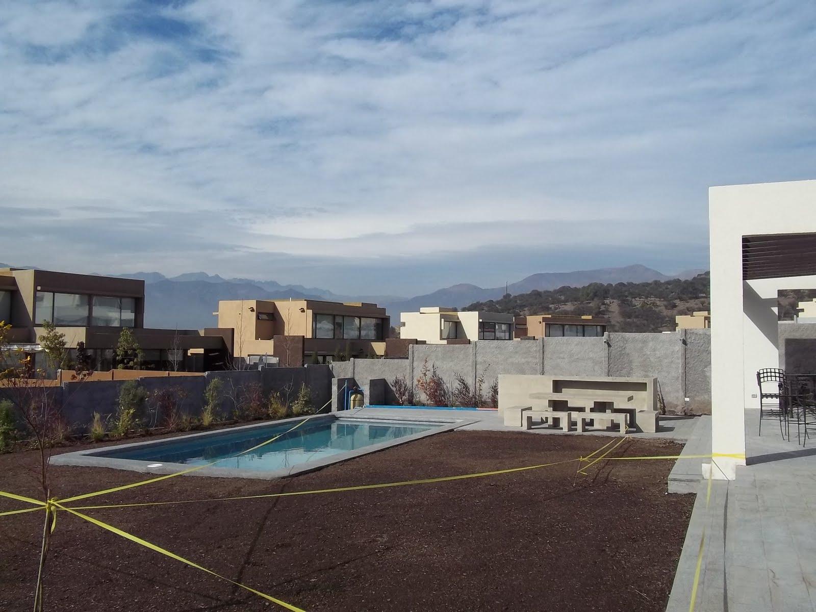 Ejecuci n quincho y jard n los bravos arquitectura de for Construccion de piscinas en santiago