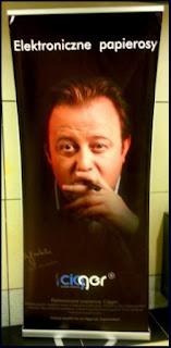 Obraz: Olaf Lubaszenko na plakacie reklamującym elektroniczne papierosy Cigger