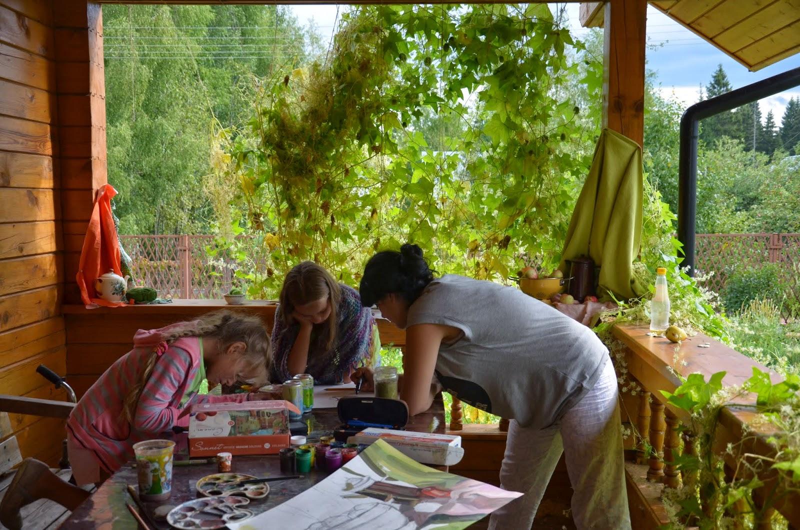 юные художницы увлеченно рисуют натюрморты