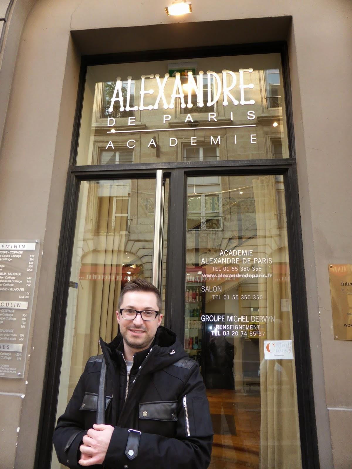 Eddy, coiffeur visagiste, coloriste, maquilleur à Montpellier,  devant l'entrée de l'Académie Alexandre de Paris, rue Vivienne à Paris.
