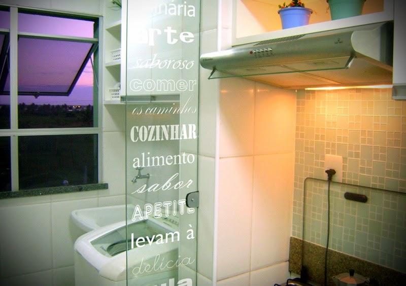 decoracao cozinha e area de servico integradas: decoração invista na porta de vidro de correr com adesivo decorativo