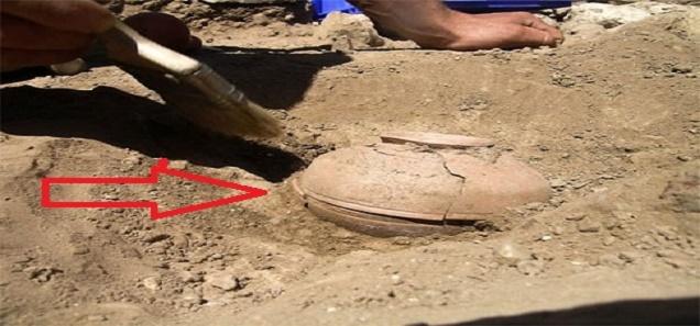 إكتشاف وعاء من الفخار عمره 800 عام وما وجدوه داخله كان تغييراً للتاريخ