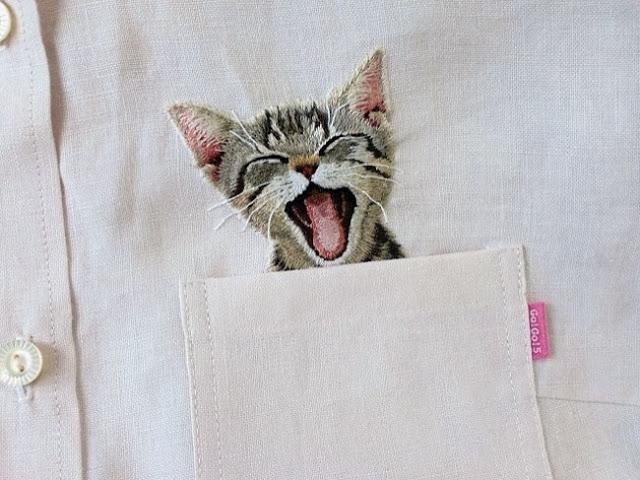 Дизайнер Хироко Кубота из Японии вышивает котиков в нагрудных карманах рубашек. Такая небольшая деталь облегчит участь тех, кто вынужден соблюдать дресс-код в офисе. Это свежий взгляд на правила мужского костюма.