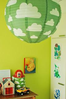 Värikäs lastenhuone - Färg och form Moln-valaisin ja säilytysrasia