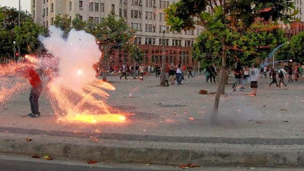 Bomba atinge a cabeça de cinegrafista