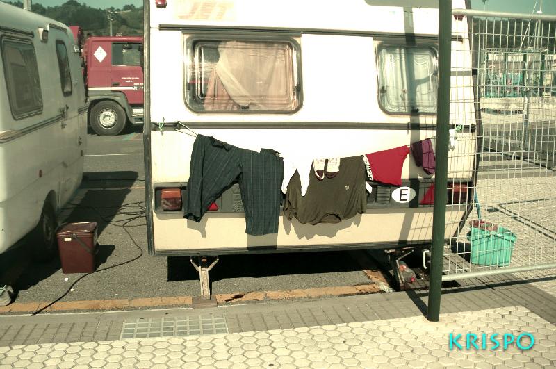 ropa tendida de feriantes en caravana