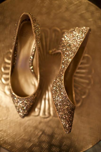 Złote pantofelki zdobione brokatem.