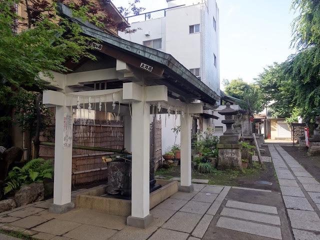 手水舎,皆中稲荷神社,新大久保〈著作権フリー無料画像〉Free Stock Photos