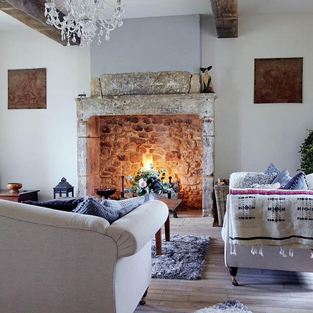 salon y chimenea rustica de piedra