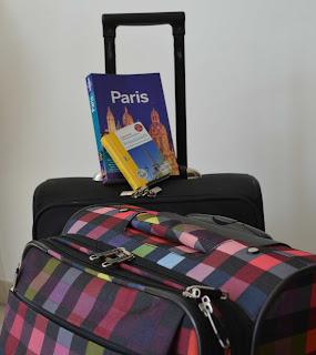 Gepackte Koffer vor der Reise nach Paris