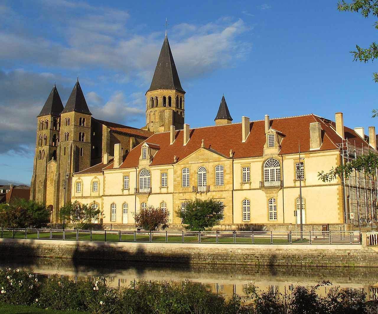 Paray-le-Monial: basílica do Sagrado Coração de Jesus. O prédio dependente é de séculos mais recentes.