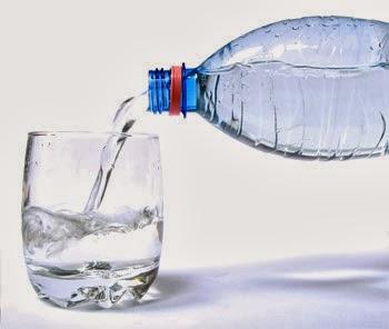 Beba água!Seu corpo precisa em média 2 litros por dia.
