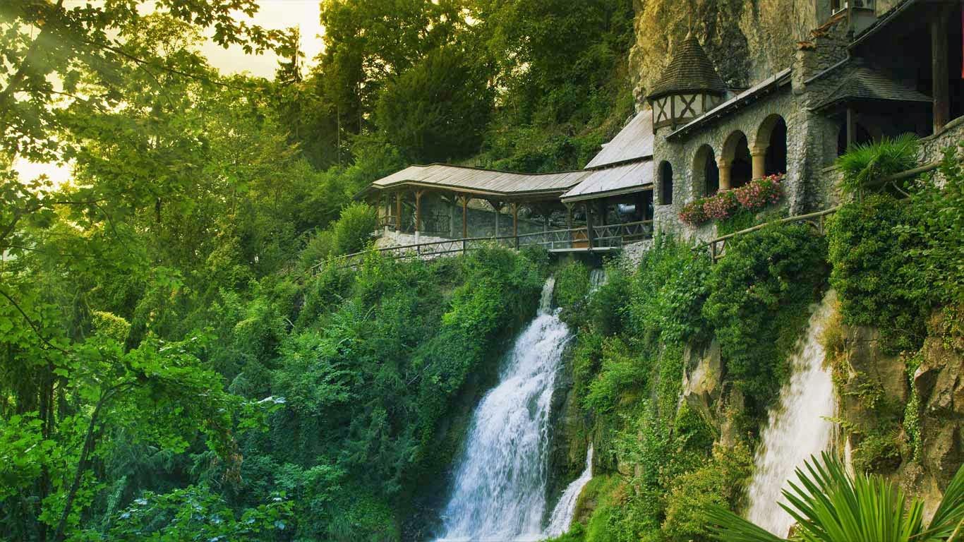 Saint Beatus Caves near the village of Beatenberg, Switzerland (© Getty Images) 277