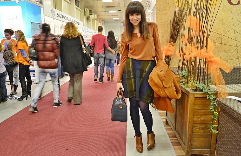 Trio kníh z veľtrhu_Katharine-fashion is beautiful_Károvaná sukňa_Modré pančuchy_Hnedý kabát_Katarína Jakubčová_Fashion blogger