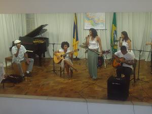 Bira Reis (percussão), Denise Porto (violão) Kelly Mattos (voz)