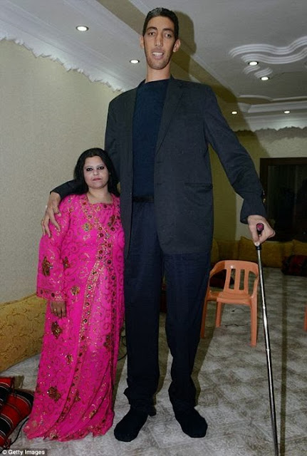 World's tallest man finds love with woman 2 ft 7 in shorter than him!