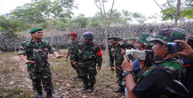 Wakil Kepala Staf Angkatan Darat (Wakasad) Letnan Jenderal TNI Budiman Sedang Memberikan Arahan