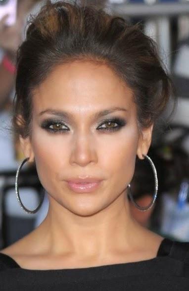 Jennifer Lopez avec des créoles