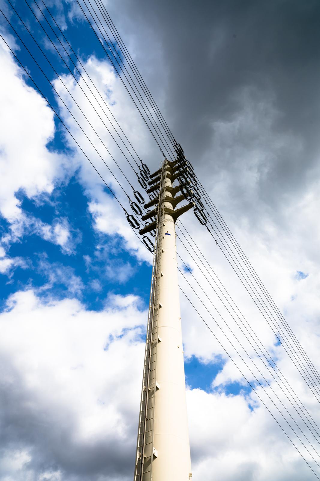 送電線と青空の写真