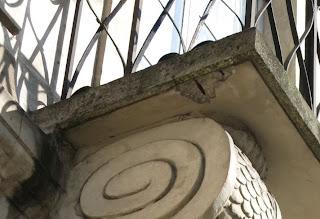 Dalle de balcon en béton ou ciment armé, 32 rue Saint-Antoine à Paris